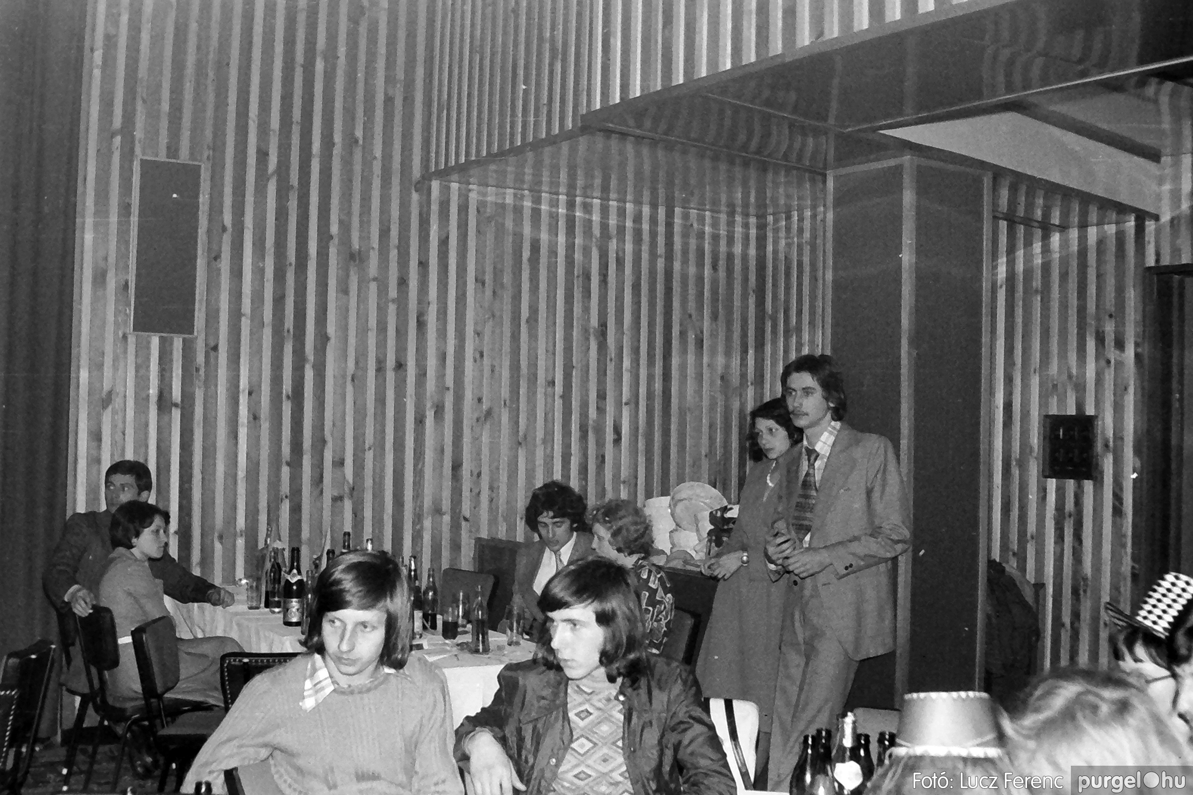 070. 1976.12.31. Szilveszter a kultúrházban 018. - Fotó: Lucz Ferenc.jpg