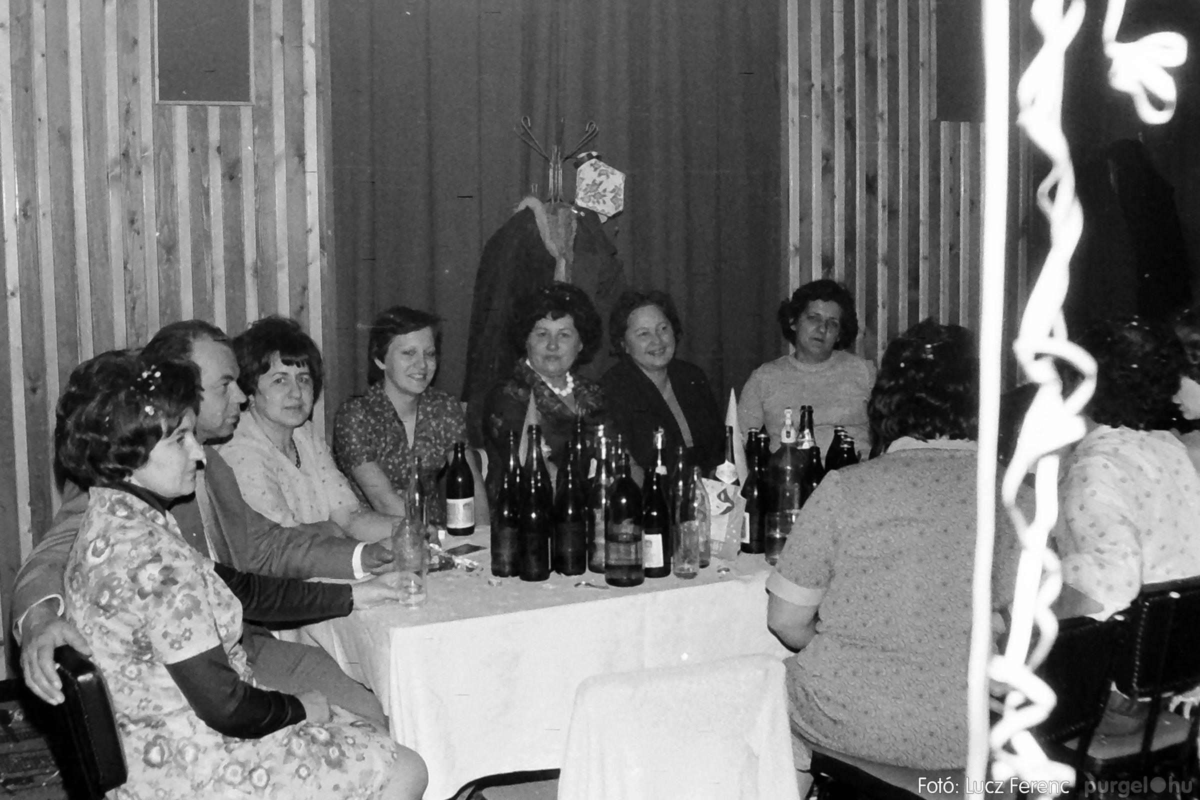 070. 1976.12.31. Szilveszter a kultúrházban 017. - Fotó: Lucz Ferenc.jpg