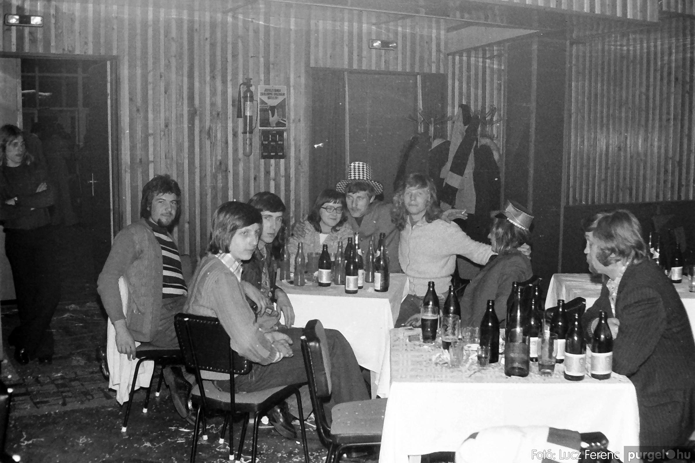 070. 1976.12.31. Szilveszter a kultúrházban 015. - Fotó: Lucz Ferenc.jpg