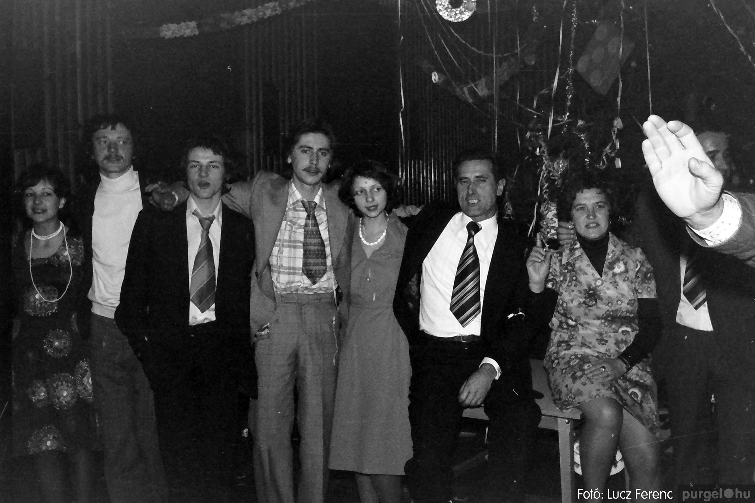 070. 1976.12.31. Szilveszter a kultúrházban 007. - Fotó: Lucz Ferenc.jpg