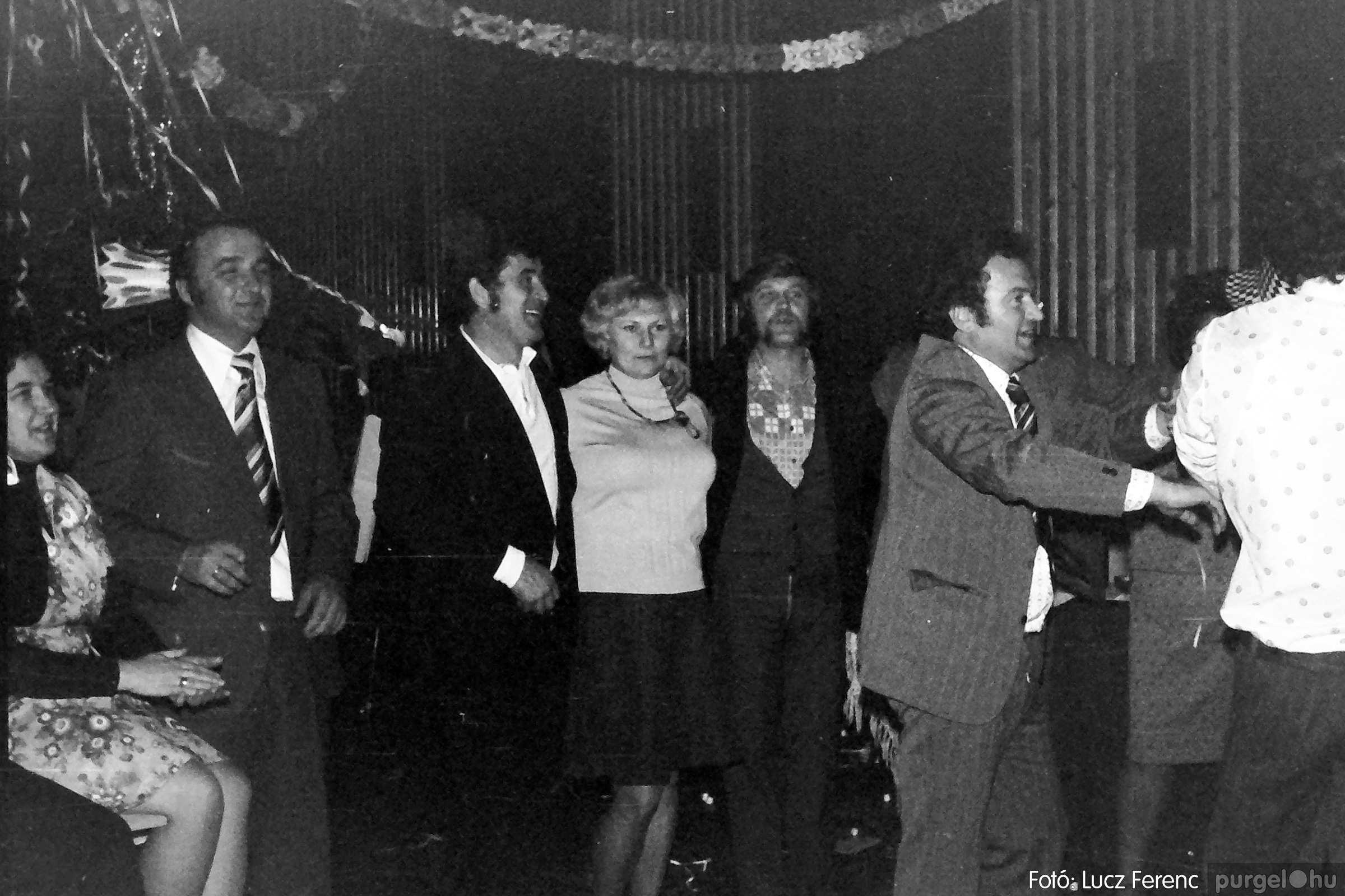 070. 1976.12.31. Szilveszter a kultúrházban 006. - Fotó: Lucz Ferenc.jpg