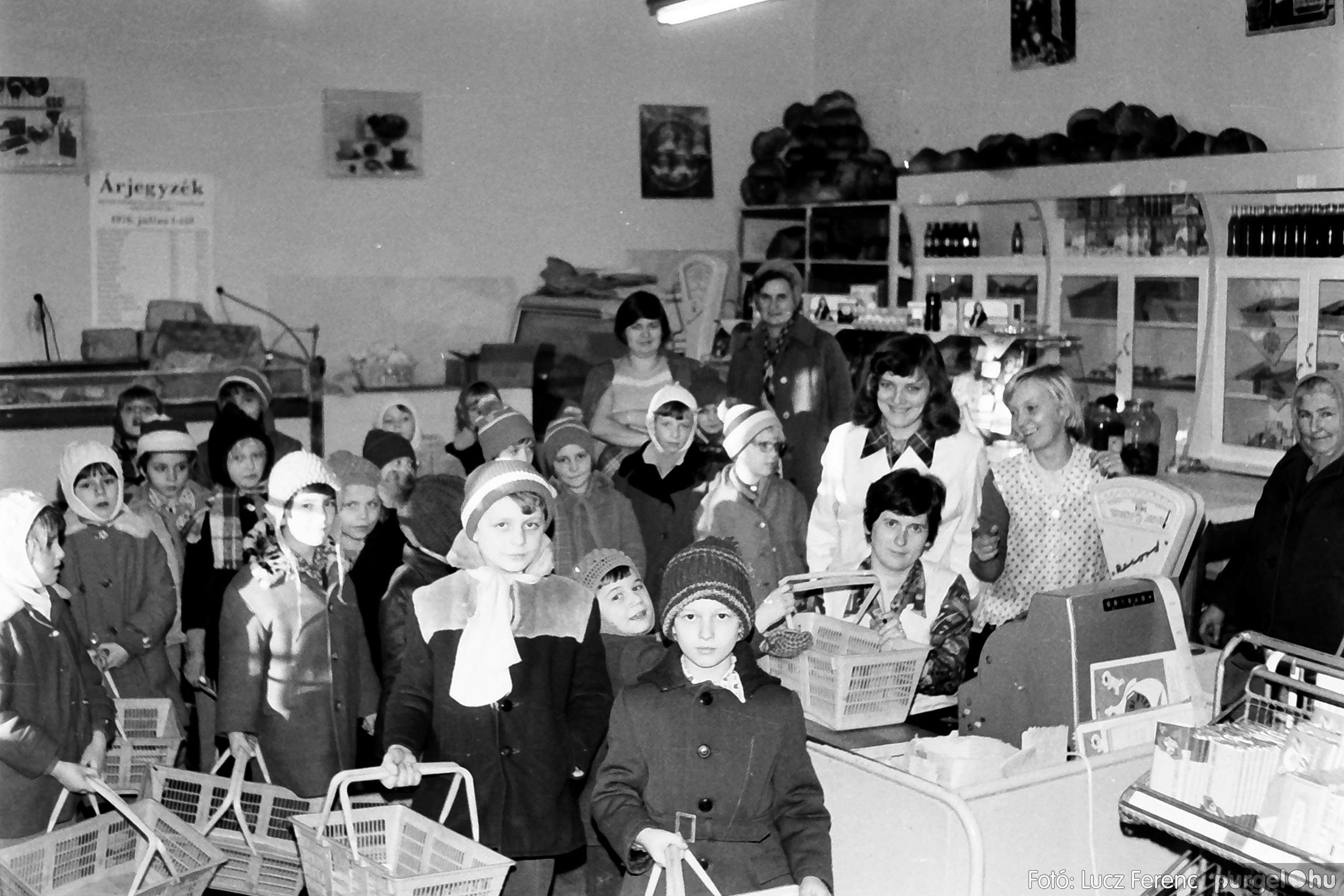 072A. 1977. Diákok látogatása a boltba 004. - Fotó: Lucz Ferenc.jpg