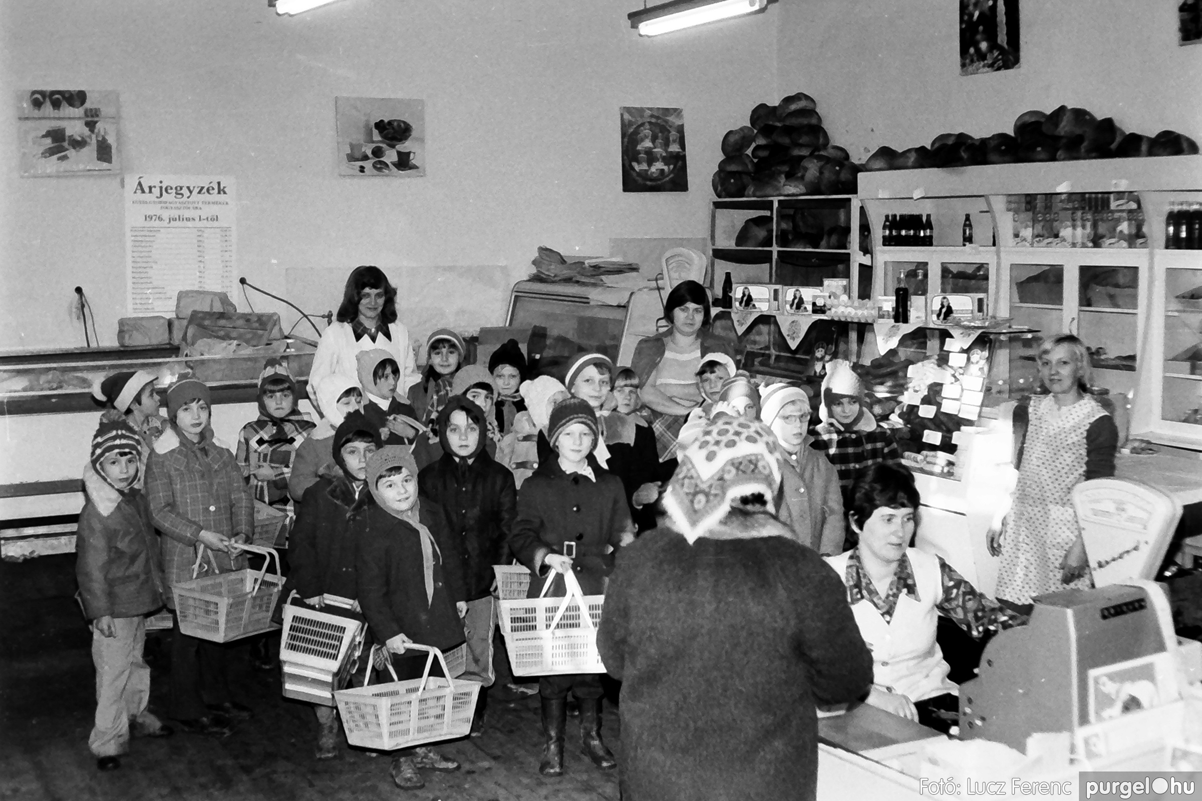072A. 1977. Diákok látogatása a boltba 003. - Fotó: Lucz Ferenc.jpg