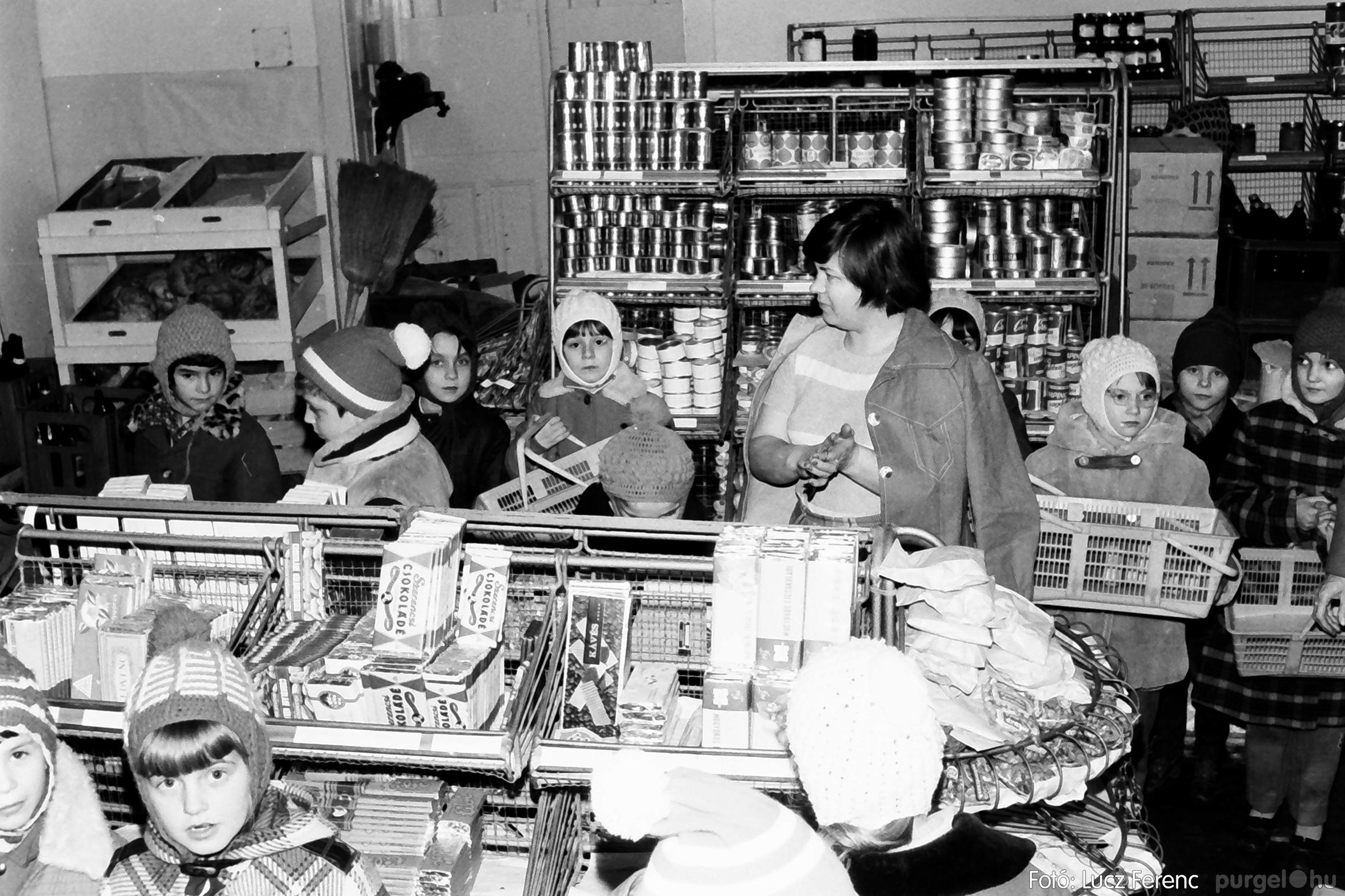 072A. 1977. Diákok látogatása a boltba 001. - Fotó: Lucz Ferenc.jpg