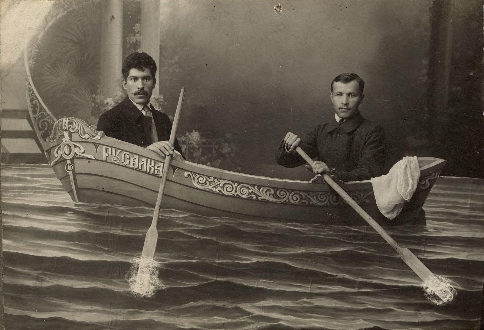 1916. Двое мужчин в декортивной лодке «Русалка»