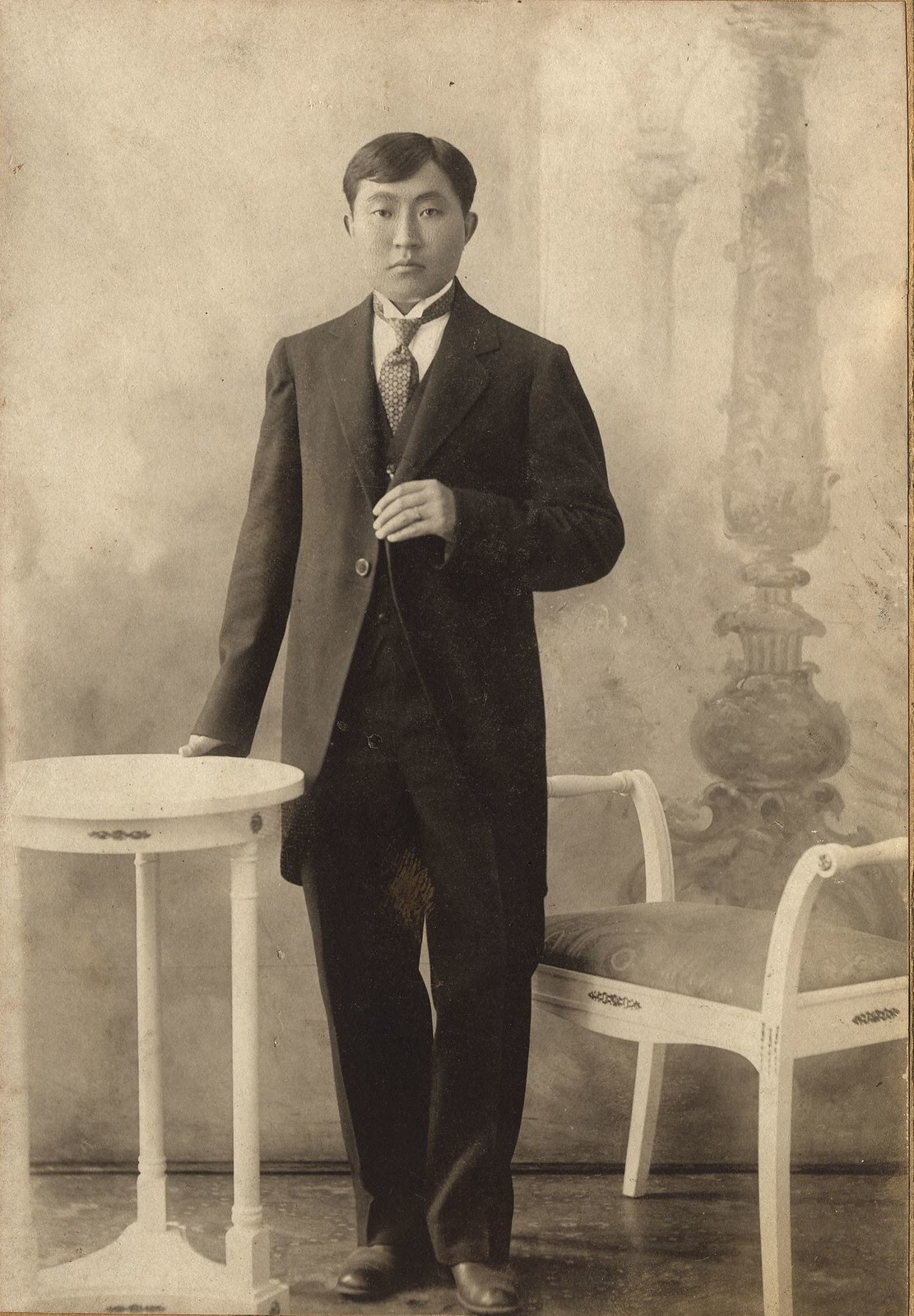 1916. Бурят К.Сахинов в европейском костюм