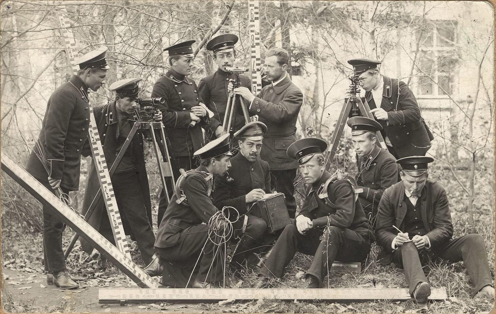 1914. Ученики 4 класса Иркутского горного училища с преподавателем