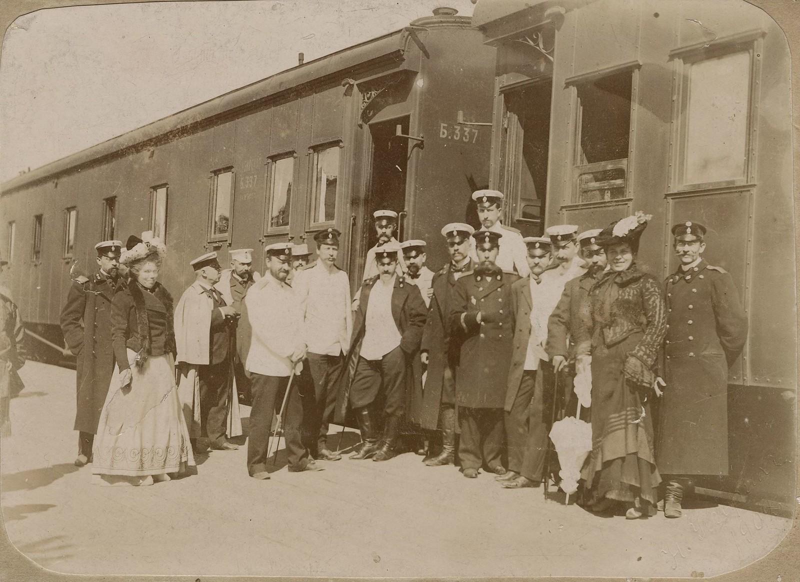 1910. Служащие железной дороги на фоне вагонов поезда