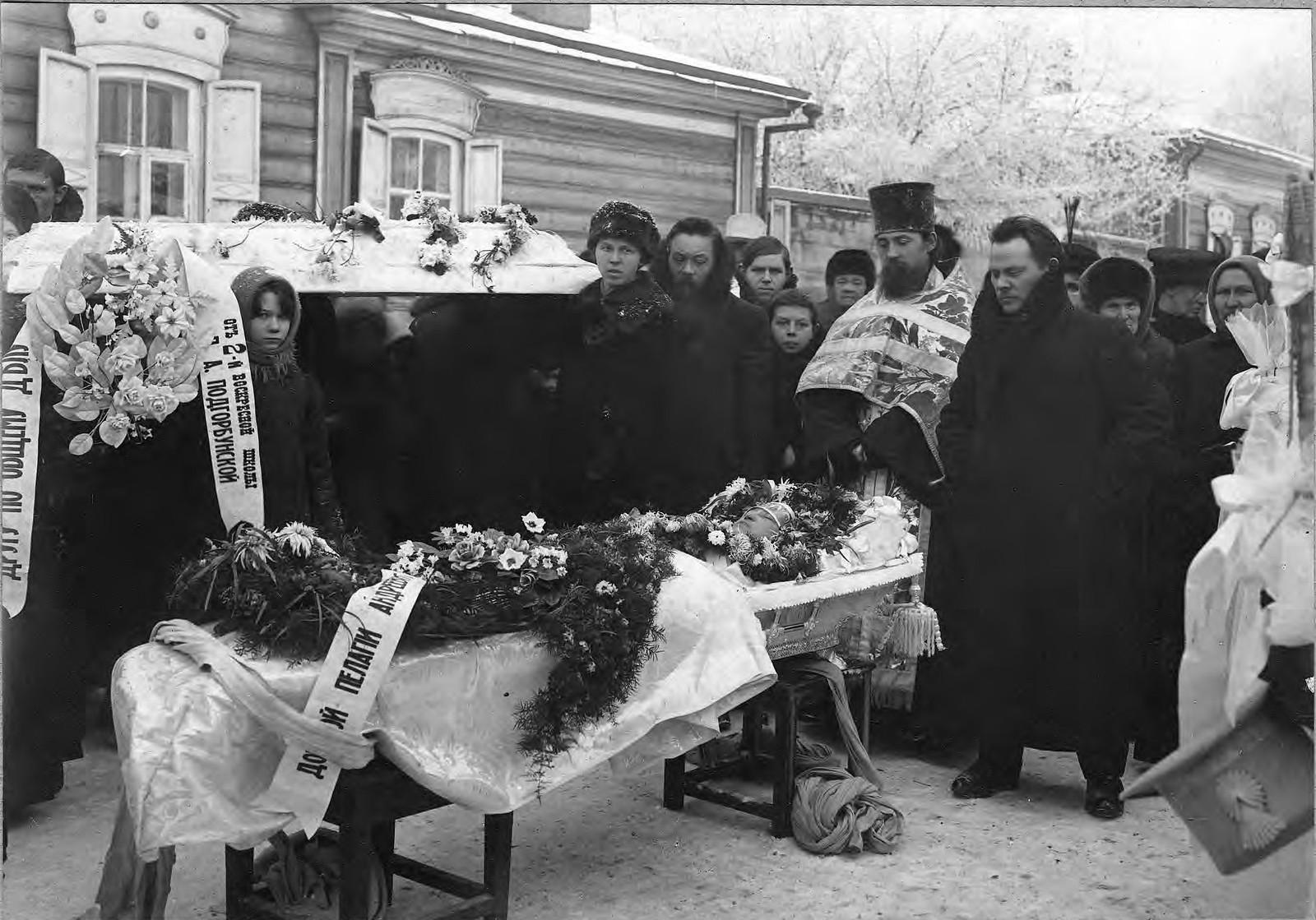 1910. Похоронная процессия возле гроба Подгорбунской Пелагие Андреевны, супруги священника Подгорбунского