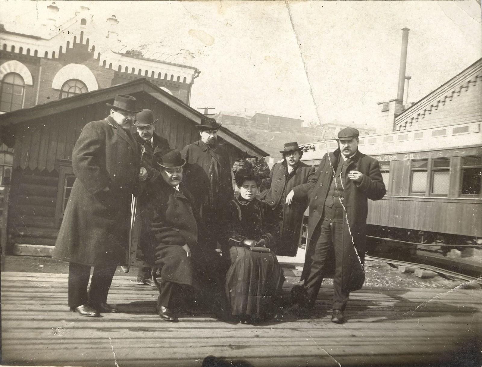 1910. Иркутские купцы, братья Белоголовые с друзьями и женщиной на железнодорожном вокзале