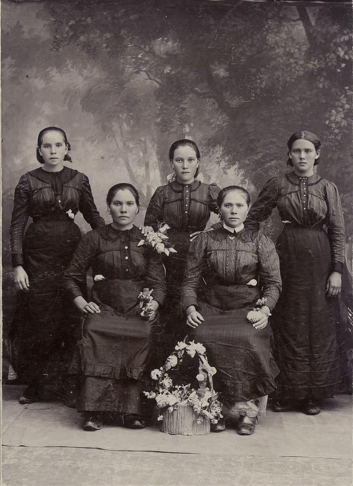 1918. Сестры Щербаковы из села Хомутово