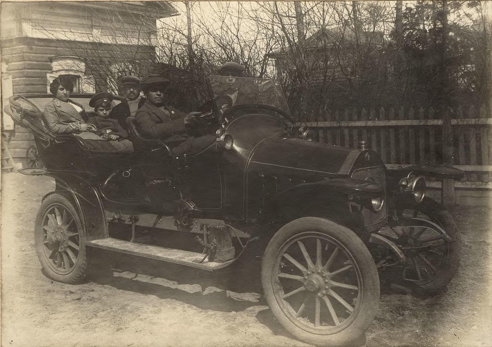 1910. Родственники купца И.Н.Алексеева, сидящие в одном из первых в Иркутске автомобилей