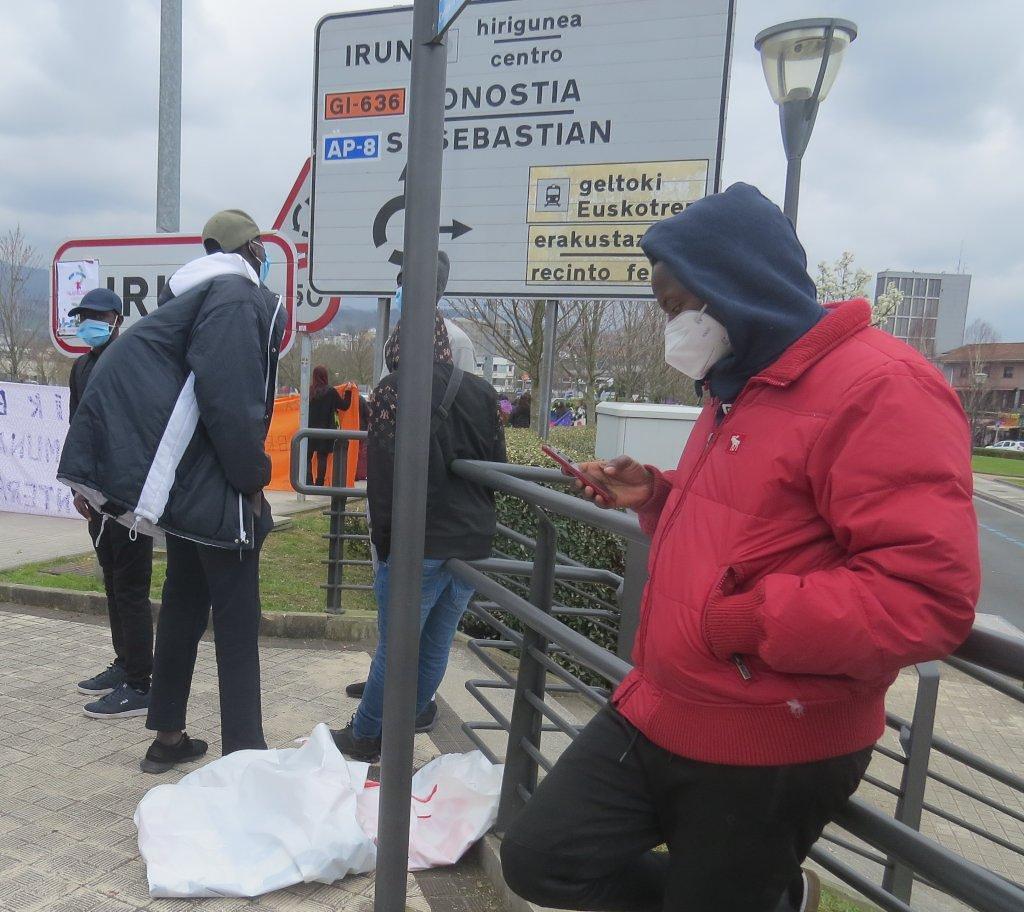 Un grupo de chavales migrantes esperando cruzar la muga