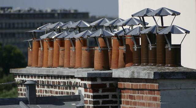 Paris  ( Fr.) – Ses toits, ses cheminées qui sortent par les toits…