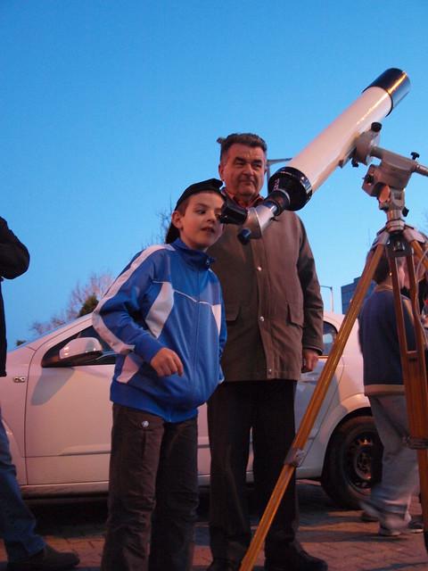 VCSE - Ezz az, ami Bánfalvi Péterre oly' sok jupiterév alatt jellemző volt mindig is, és még ma is (és reméljük sokáig): rengeteg embernek mutatta meg a Holdat egy 100/1000-es távcsővel - Fotó: Csizmadia Szilárd (2013. április 15., Zalaegerszeg)