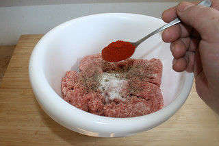 04 - Add paprika / Paprika einstreuen