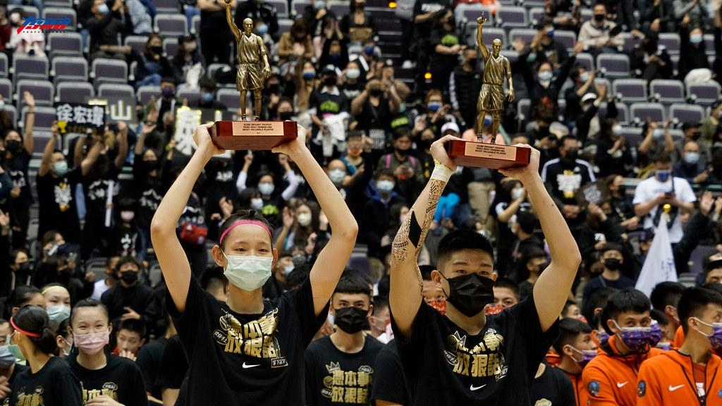 男女組總冠軍賽MVP徐宏瑋與郭虹廷。(記者賴柏安攝)