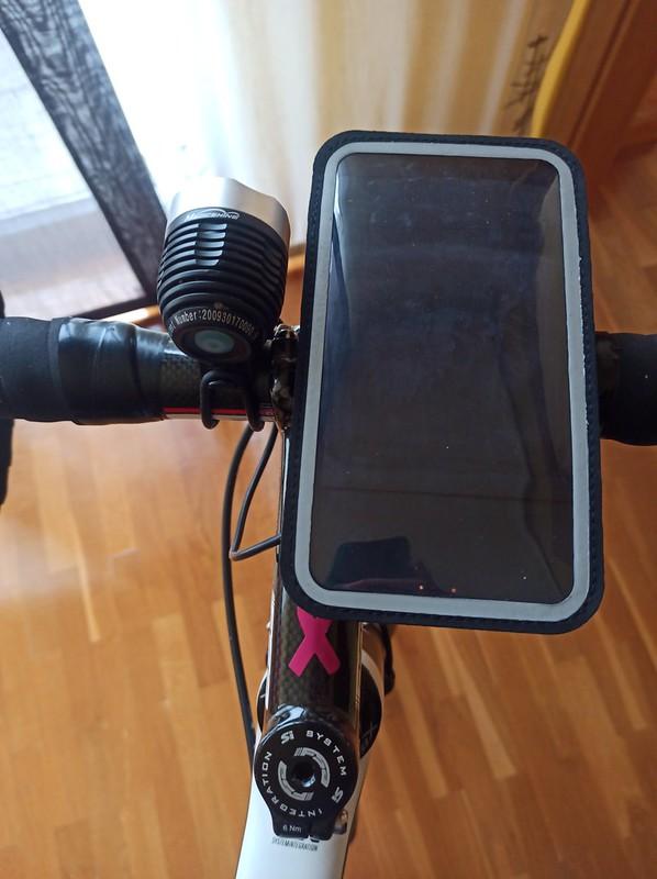 Shapeheart con el móvil en la bicicleta de Iñaki