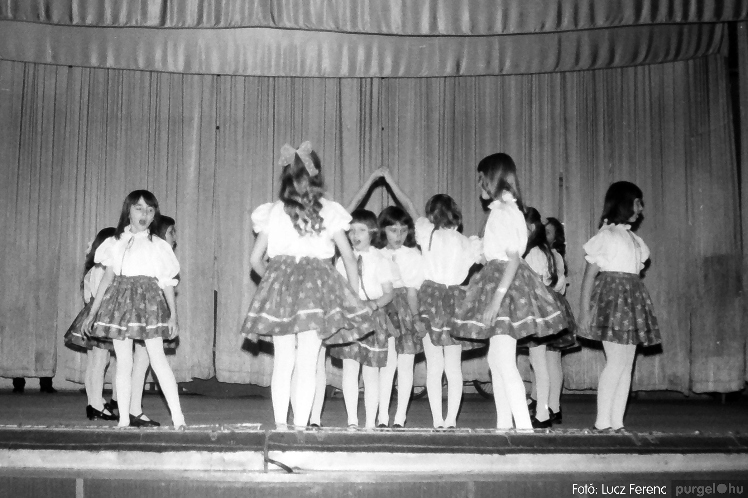 076. 1977. Iskolások fellépése a kultúrházban 021. - Fotó: Lucz Ferenc.jpg