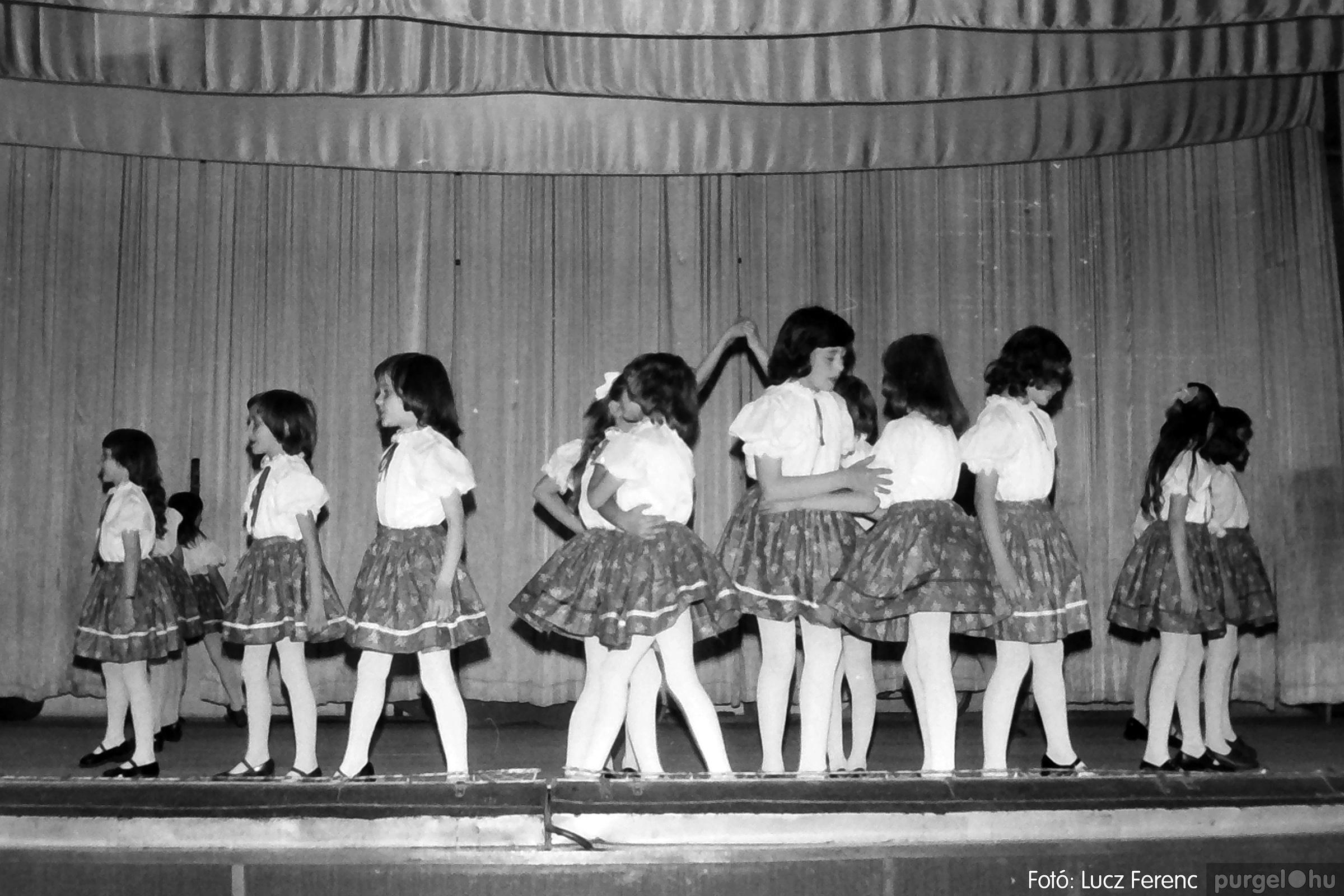 076. 1977. Iskolások fellépése a kultúrházban 020. - Fotó: Lucz Ferenc.jpg