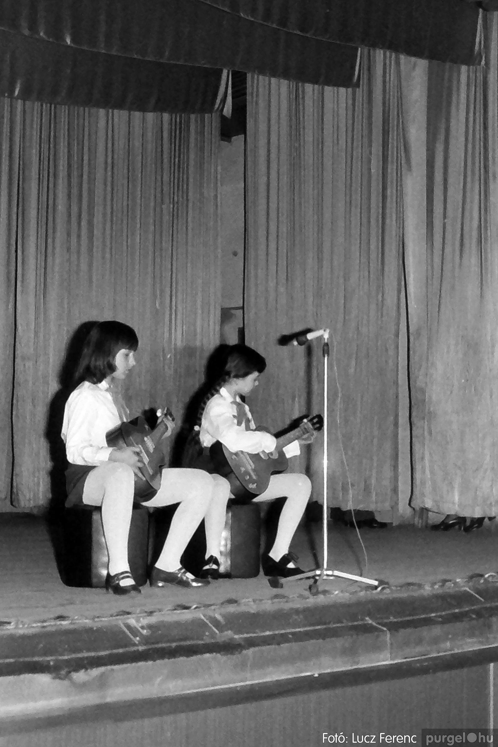 076. 1977. Iskolások fellépése a kultúrházban 012. - Fotó: Lucz Ferenc.jpg