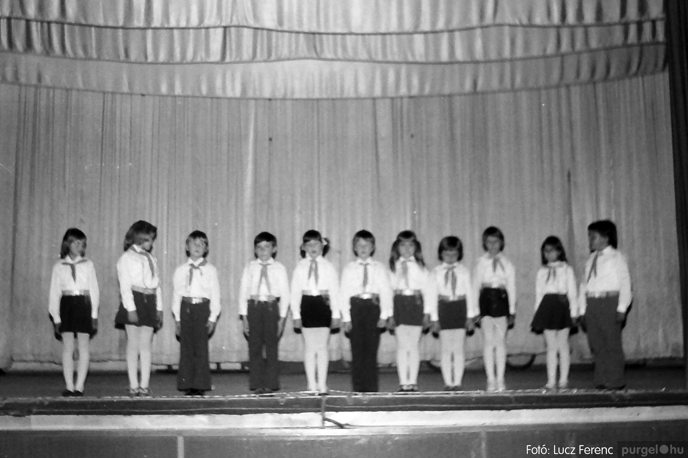 076. 1977. Iskolások fellépése a kultúrházban 008. - Fotó: Lucz Ferenc.jpg