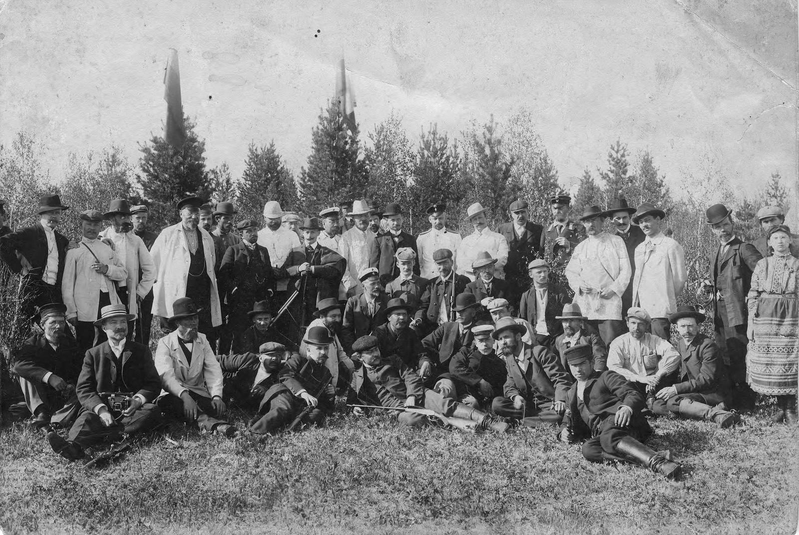 1910. Члены общества любителей охоты на стрельбах