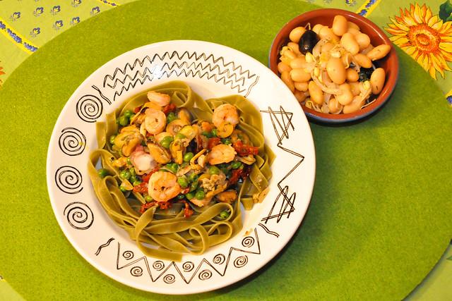 März 2021 ... Grüne Bandnudeln mit Garnelen, Erbsen und getrockneten Tomaten, dazu einen Weiße-Bohnen-Salat mit Sprossen ... Brigitte Stolle