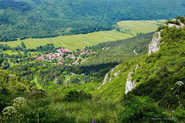 Lanišće i Laniško polje sa stijena visoko iznad mjesta