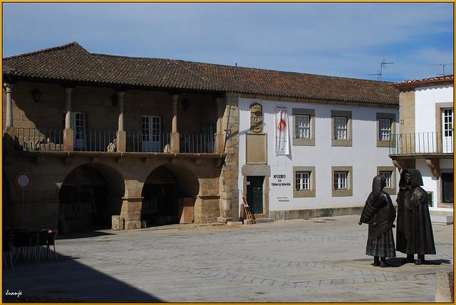 Plaza (Miranda de Duero, Portugal, 6-10-2011)