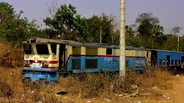 MYANMAR , Burma - Unterwegs nach Bagan, fährt der noch oder ist er schon entsorgt ?, 78228/13454
