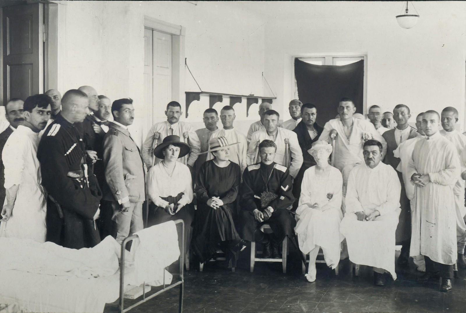 80. 1919. Генерал А.Г.Шкуро посещает раненных казаков в госпитале
