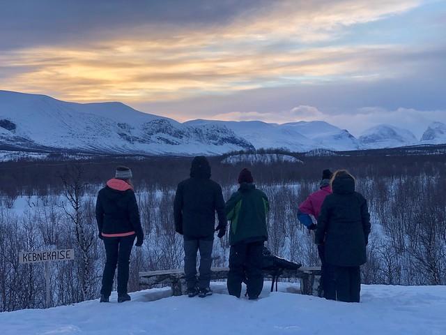Grupo del viaje invernal a Laponia en Nikkaluotkta (Norte de Suecia) ante un atardecer