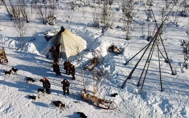 Toma de drone en un lavvu en Laponia Sueca