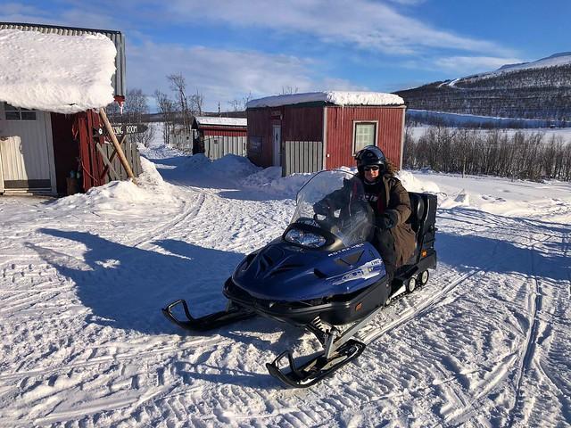 Sele en una moto de nieve en Laponia Sueca