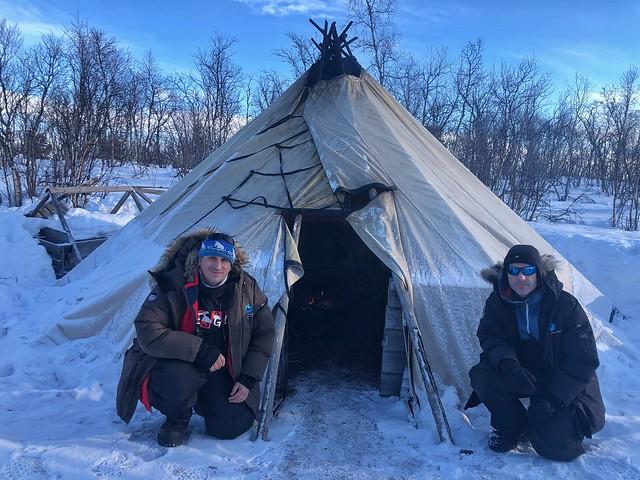 Sele y Roberto López en un lavvu sami en Laponia Sueca durante el invierno