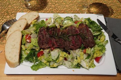 In Rosmarin-Salbei-Butter arosiertes Roastbeef auf Bett aus Salat mit Tomaten, Gurken, Zwiebeln sowie Oliven und dazu Ciabattascheiben (mein Teller)