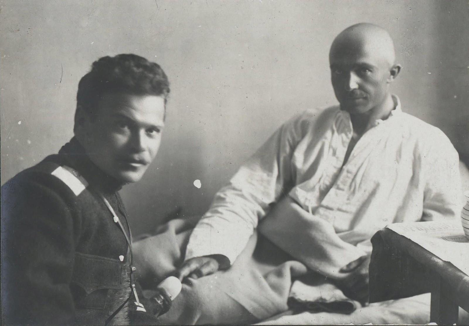 78. Генерал А.Г.Шкуро у постели раненого есаула