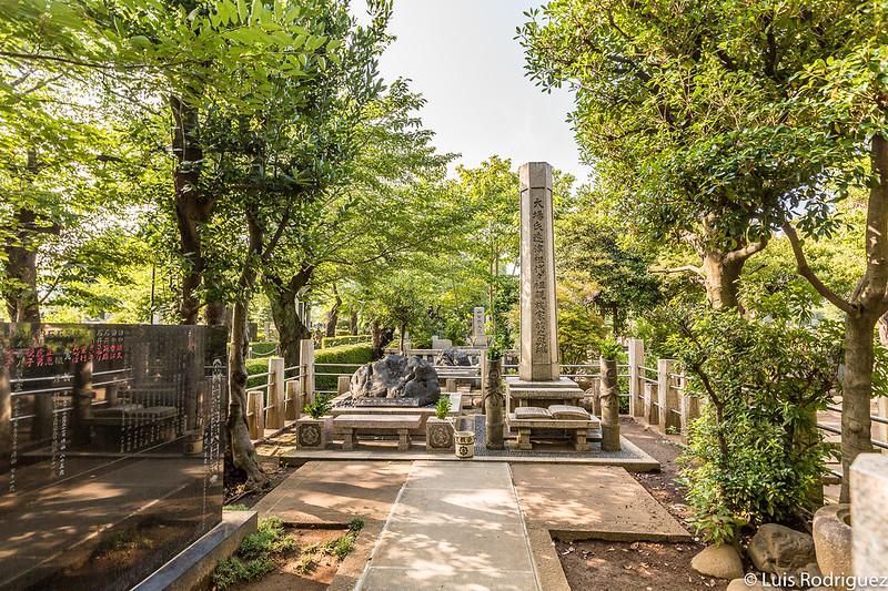 Distintos elementos en el cementerio de Aoyama