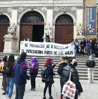 Pancarta estudiantil durante la concentración de la mañana en el 8M de Zaragoza