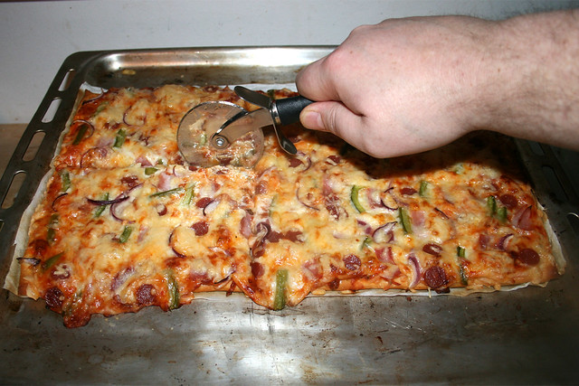 12 - Cut pizza / Pizza portionieren