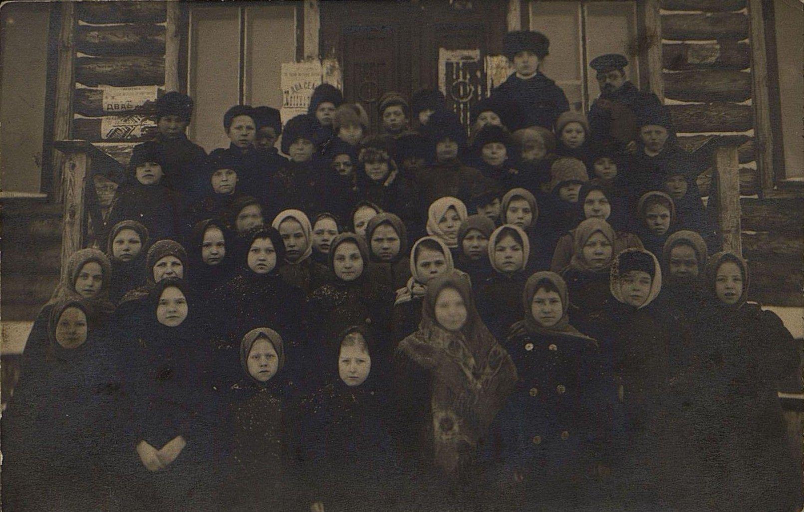 Учащиеся начальной железнодорожной школы