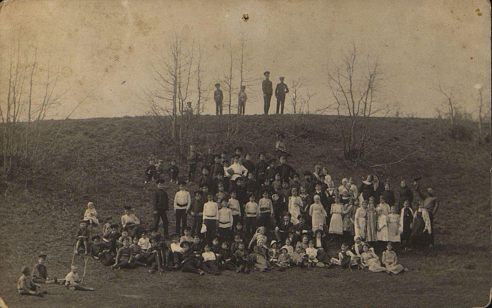 Учащиеся начальной железнодорожной школы города Рузаевки на прогулке. 1910-е
