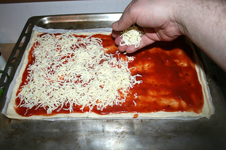 07 - Dredge pizza with cheese / Pizza mit Käse bestreuen