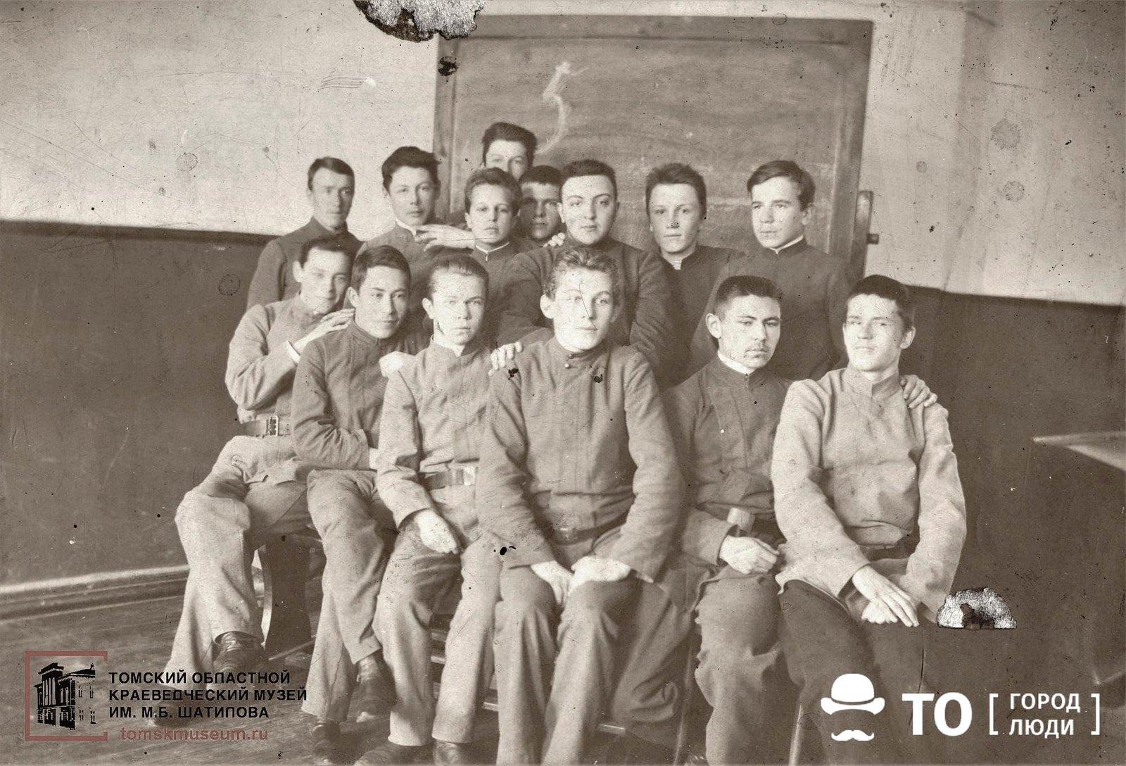 26. Группа учащихся Алексеевского реального училища. Второй справа во 2-м ряду — Тюменцев Константин
