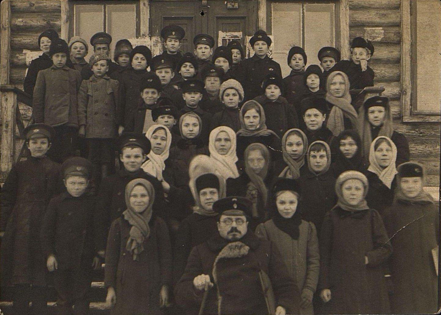 Целембровский А.М., инспектор начальной железнодорожной школы в Рузаевке, среди учеников школы. 1910-е
