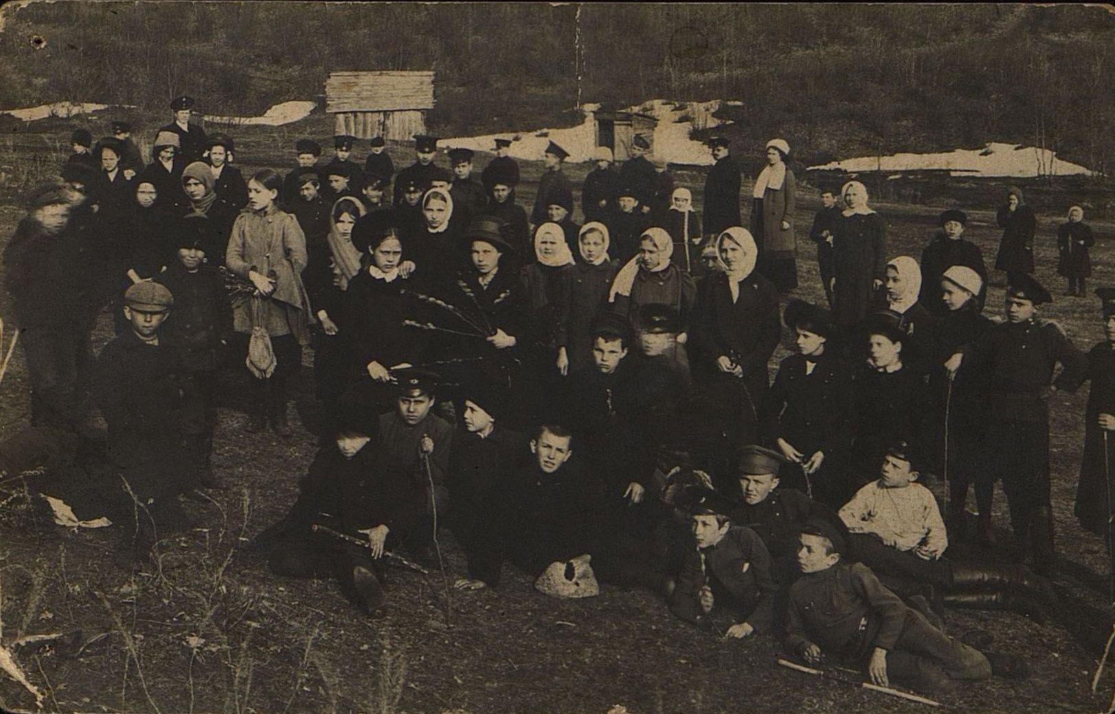 Учащиеся начальной железнодорожной школы Рузаевки на прогулке. 1910-е