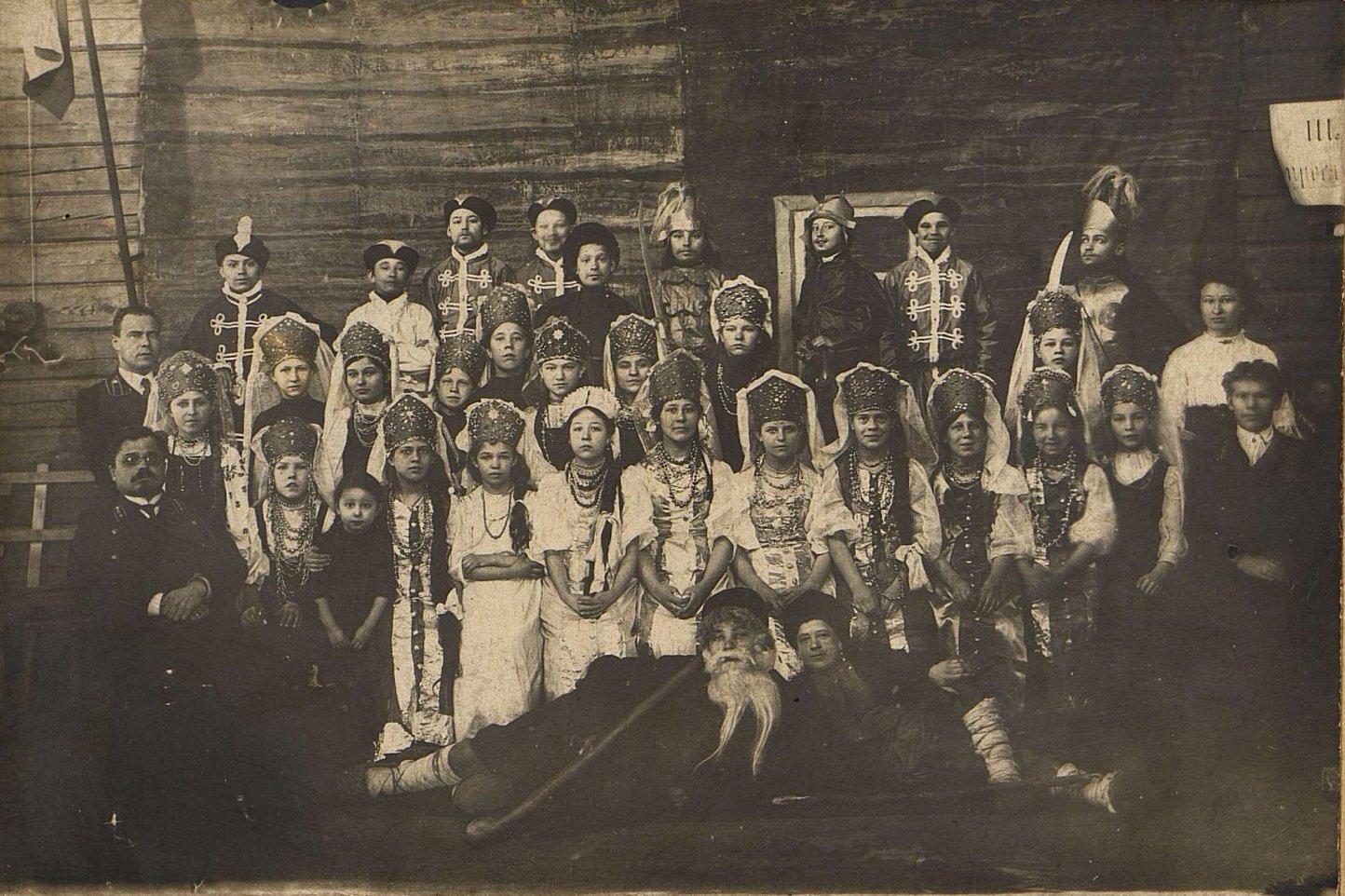 Участники самодеятельности железнодорожной школы Рузаевки во время постановки оперы «Иван Сусанин». 1912