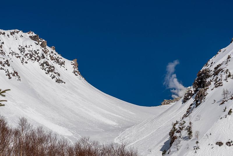 冬の焼岳の噴火口