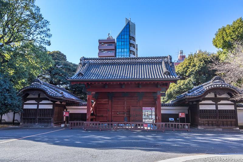 Puerta Akamon en el campus de la Universidad de Tokio (distrito de Bunkyo)